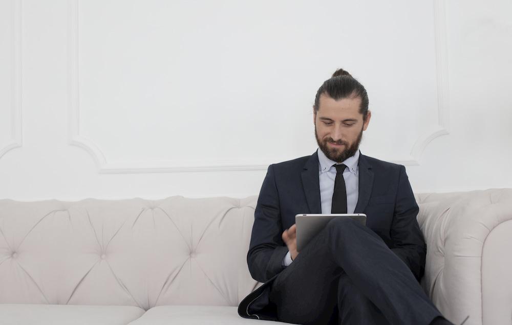 homem executivo sentado tablet